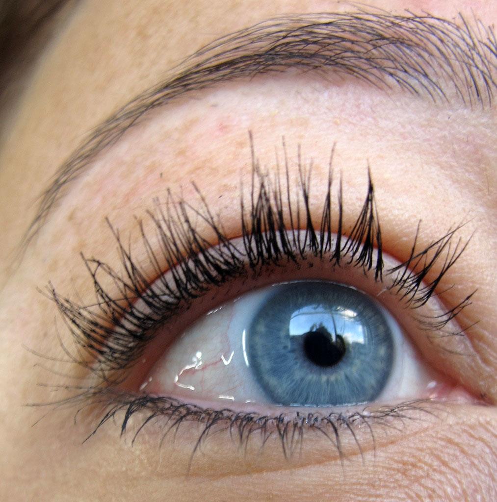"""b33eb6e229d Der """"intelligente"""" Applikator umhüllt die Wimpern exakt mit der richtigen  Menge an Mascara bis zu den Spitzen, die meist weniger pigmentiert sind, ..."""