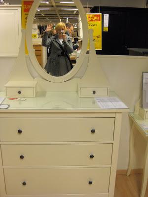 Kaum jemanden gelingt es, Ikea ohne Spontankäufe zu verlassen. Der Grund liegt am geschickten Marketing des schwedischen Möbelhauses, das Mechanismen unseres Gehirns ausnutzt, wie FOCUS Online.